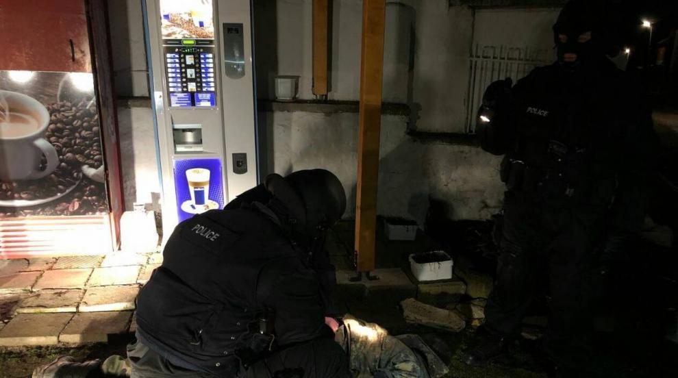 Полицията задържа мъж, барикадирал се в дома си (ВИДЕО/СНИМКИ)