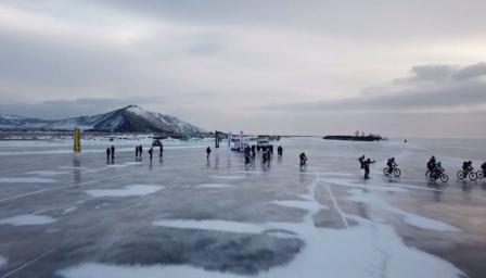 Екстремно каране по замръзналото езеро Байкал (ВИДЕО)
