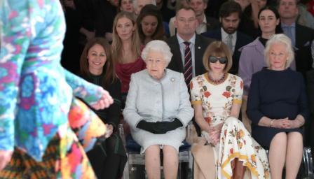 За първи път кралица Елизабет Втора присъства на Седмица на модата (СНИМК ...