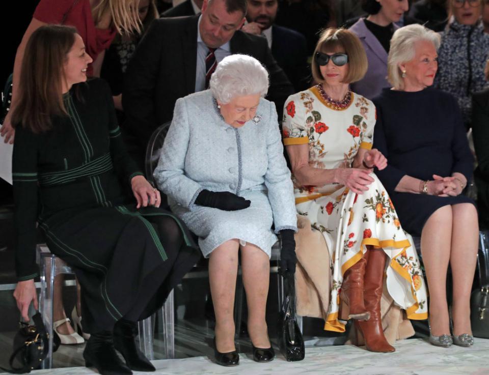 Кралица Елизабет II беше гост на едно от ревютата по време на Лондонската седмица на модата. Беше в компанията на редактора на Вог Ана Уинтър, а накрая награди дизайнера Ричард Куин.