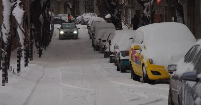 Снегопочистващи машини са разчиствали преспи, за да транспортират родилки до
