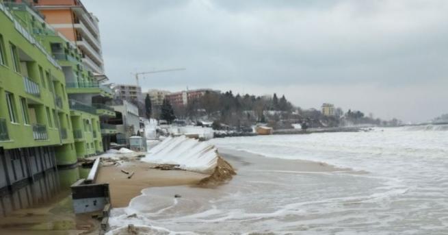 Южният плаж в Несебър Огромни вълни заляха Южния плаж в