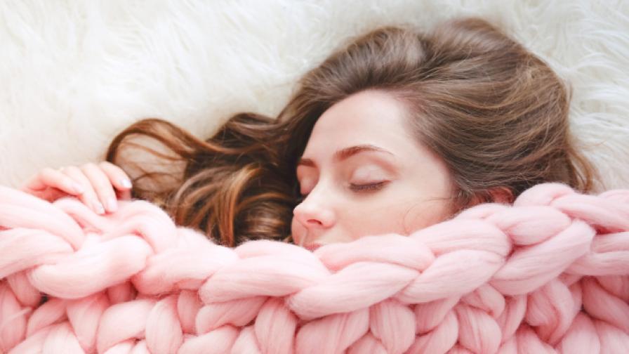 Завивайте се с тежки одеяла, докато спите. Вижте защо