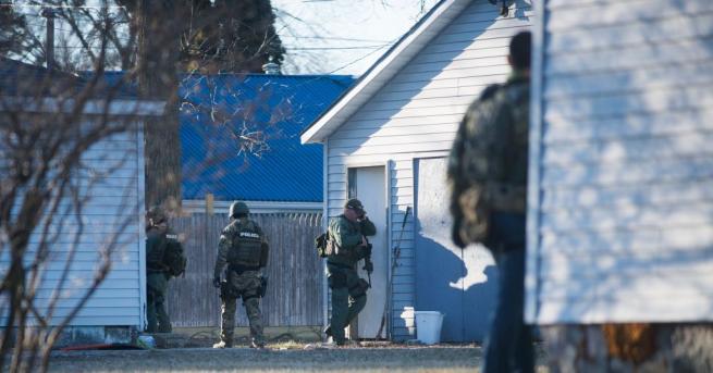 Над 100 полицаи претърсват кварталите около Централния Мичигански университет, за