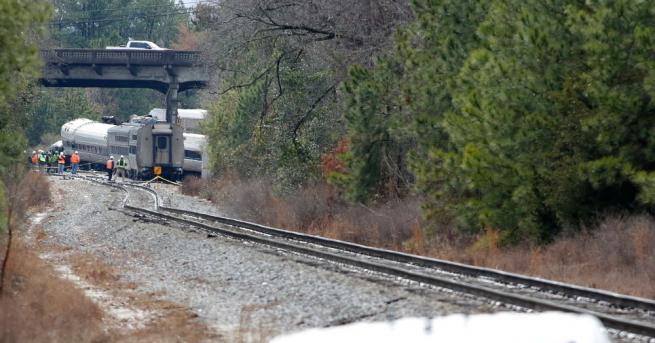 Товарен влак с дизелово гориво се сблъска с камион цистерна,