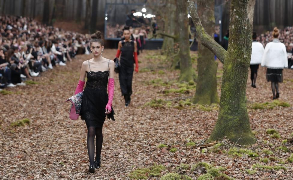 - Карл Лагерфелд облече манекенките в дрехи с щамповани листа за ревюто, което възпя есента насред мъглива гора в Гран пале в Париж. В колекцията...