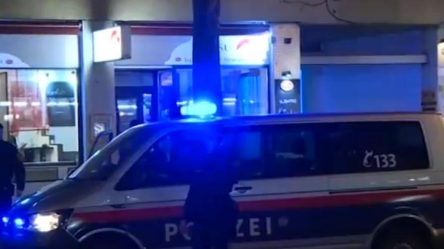 Мъж наръга семейство с нож във Виена, издирват го