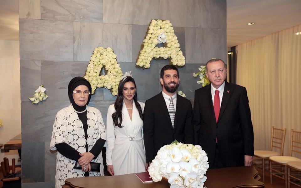 Арда Туран заплаши с бой репортер заради въпрос към жена му