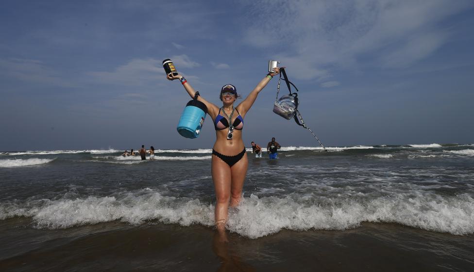 - Младежи празнуват в Саут Падре Айлънд, Тексас САЩ, на брега на Мексиканския залив. Пролетната ваканция привлича хиляди колежани от цялата страна, за...