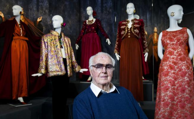 """Юбер дьо Живанши (1927-2018). Аристократичният френски моден дизайнер Юбер дьо Живанши почина на 91-годишна възраст тази година. Дизайнерът е известен с """"малката черна рокля"""", която всяка жена трябва да има в гардероба си и е обличал знаменитости като актрисата Одри Хепбърн и бившата първа дама на САЩ и модна икона Джаки Кенеди."""