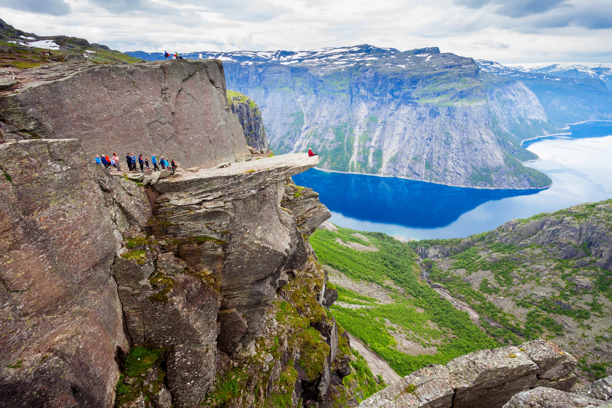 """<strong>Trolltunga, Норвегия </strong><br> <br> """"Езикът на трола"""" е скално образование в долината Скегедал, в близост до град Ода в Норвегия. Представлява хоризонтален скален блок, издаден на 700 метра над езерото Рингедалсватнет. По форма наподобява език, откъдето е получил името си. """"Езикът на трола"""" е едно от най-впечатляващите и повдигащи адреналина места в Норвегия. При ясно време пред вас ще се разкрие изключително красива и незабравима гледка към долината."""