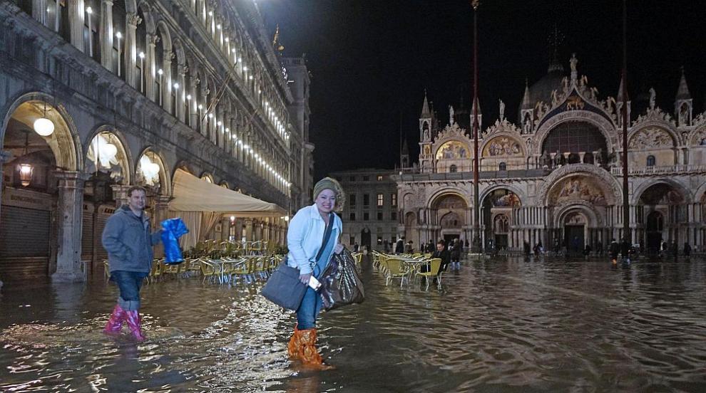 Част от центъра на Венеция е под вода, торнадо вилня в Южна Италия