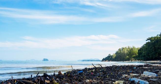 Огромното количество микропластмаса в градските реки допринася, когато те прелеят,