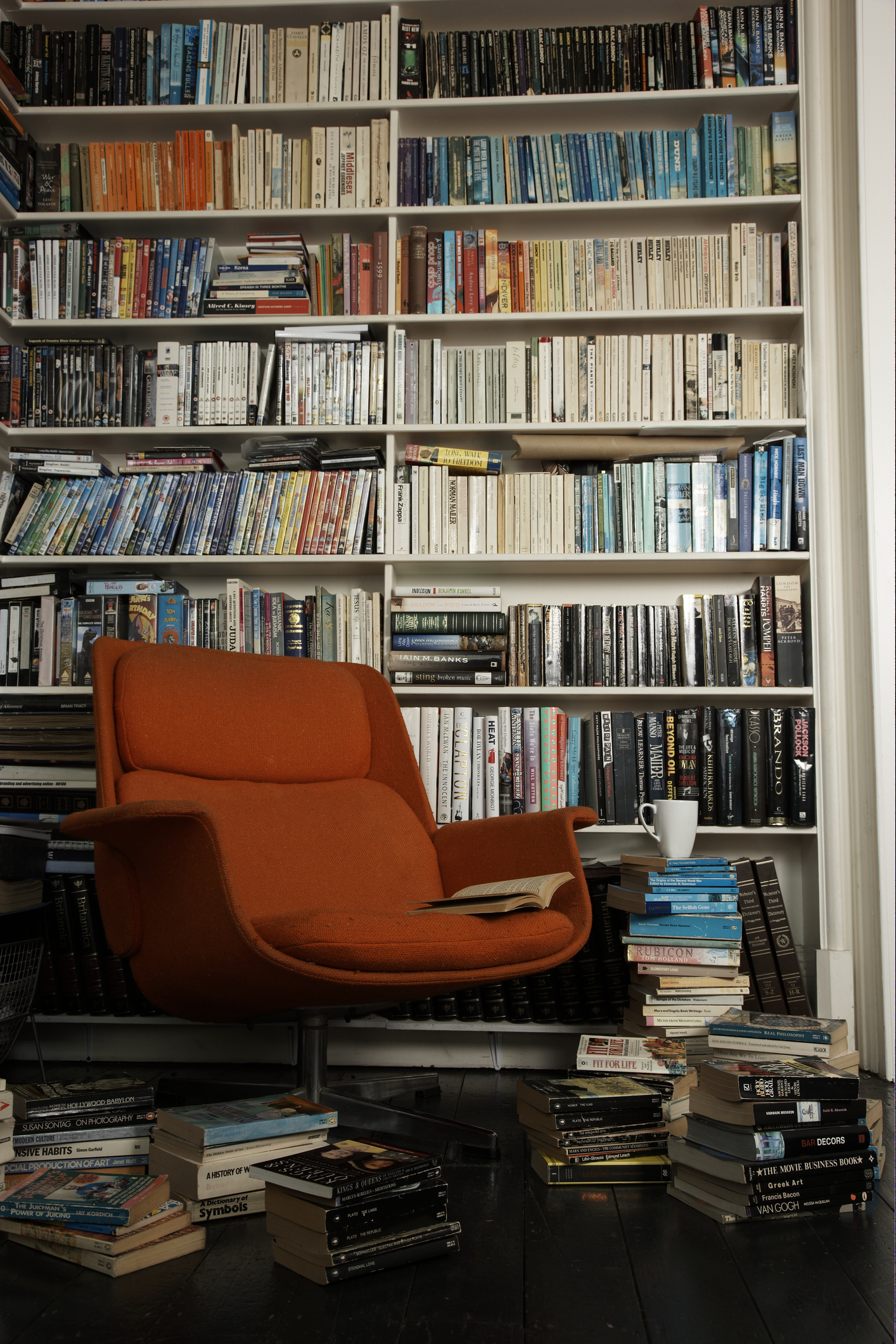 Ако имате повече книги в дома, вероятно знаете, че те събират много прах. Отделете необходимото време, за да ги почистите. Освободете се от онези, които не са ви ценни или не са ви харесали. Няма нужда да ги трупате.