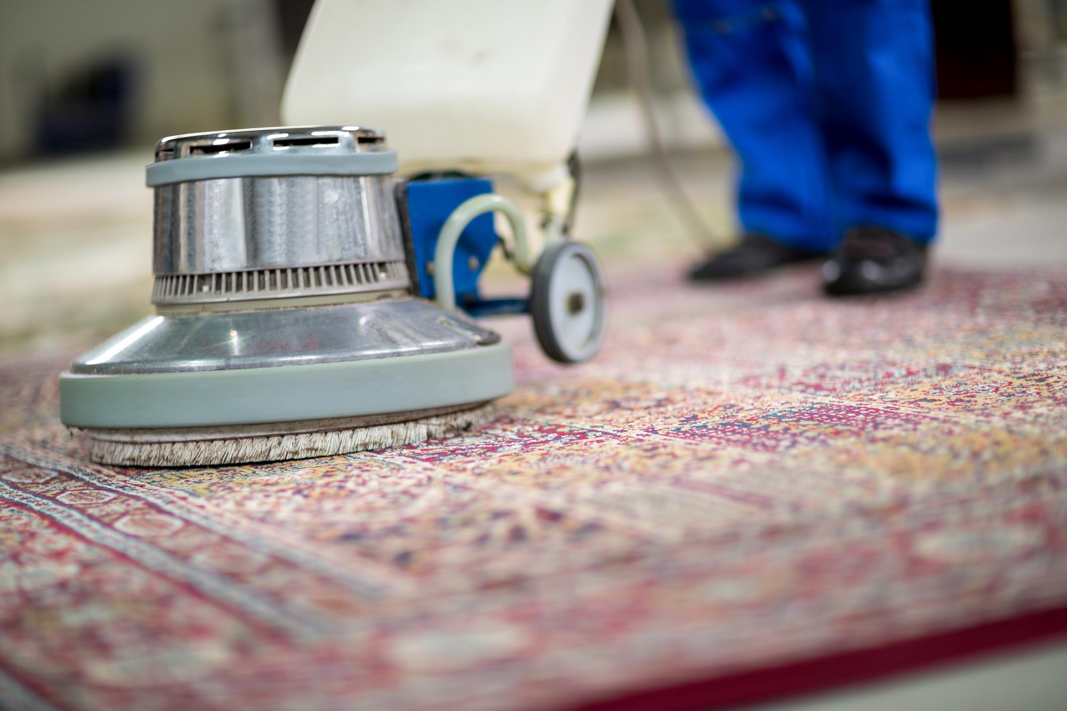 Ако времето е подходящо и имате условията, изперете или поне изтупайте добре килимите и пътеките. Прахосмукачката няма да е достатъчна.