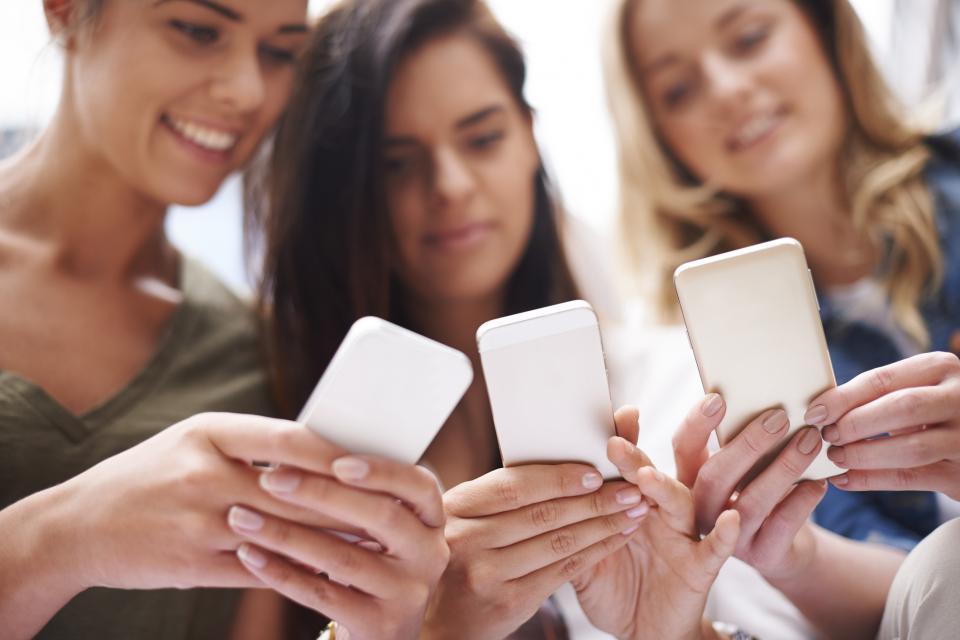 телефон лаптоп приятели