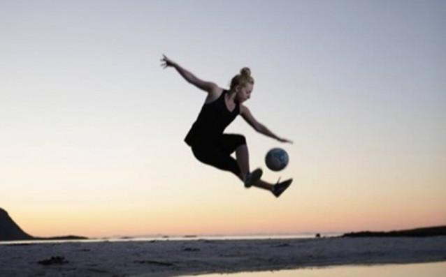 Лив Кук, световна шампионка по фристайл футбол, се присъедини към