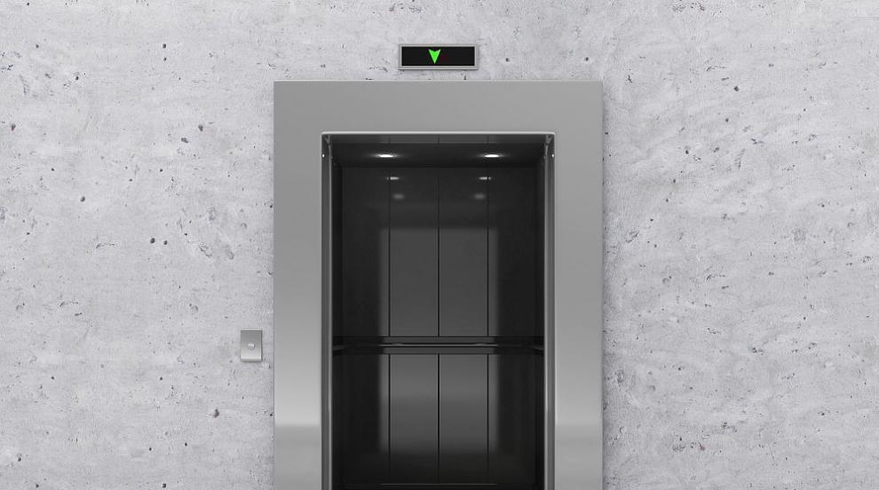 Вижте какво да не правите в заседнал асансьор