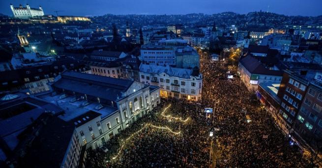 Десетки хиляди граждани на Словакия протестираха встраната с искане за