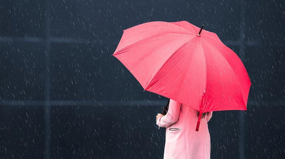 Оранжев код за валежи и вятър в страната в неделя