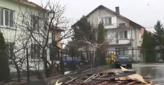 Ураганен вятър със скорост от над 160 км/ч отнесе покриви