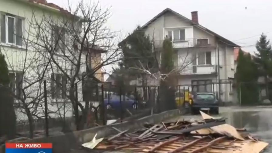 Ураган отнесе покриви на къщи и дървета във Враца