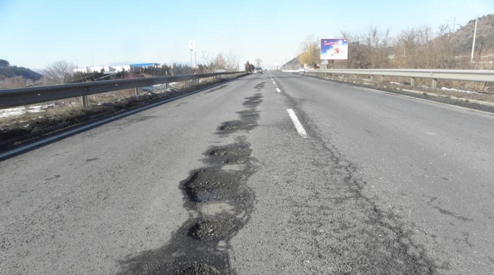 Борисов нареди: Полицаи и чиновници до отворили се дупки на пътя