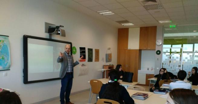 Какво задържа един млад учител в България? След две примамливи