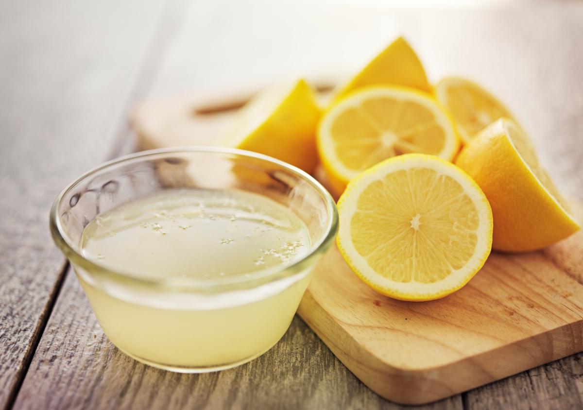 Лимонов сок: съдържа антиоксиданти и също като водата пречиства организма и помага токсините да бъдат редуцирани.