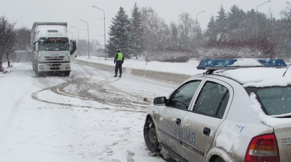Ограничават движението на места в страната заради обилен снеговалеж