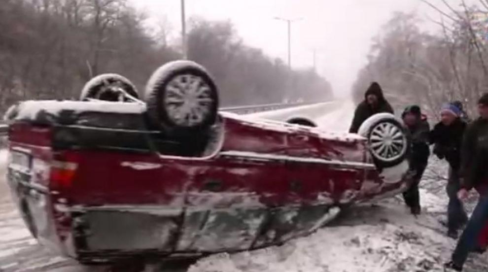 Кола излетя от пътя и се обърна при входа на Русе (ВИДЕО)