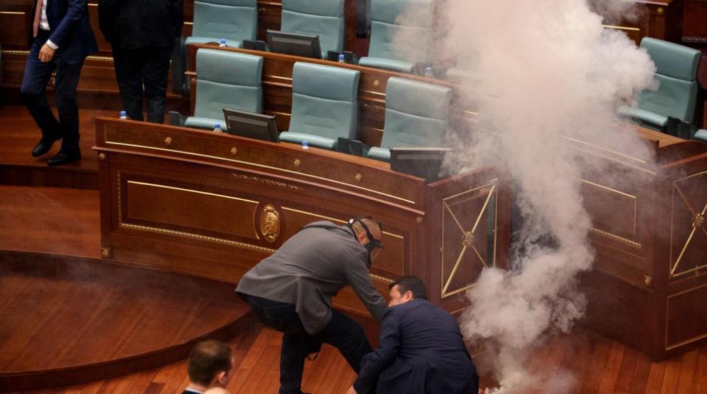 Косовски депутати си спретнаха екшън, пуснаха сълзотворен газ в...