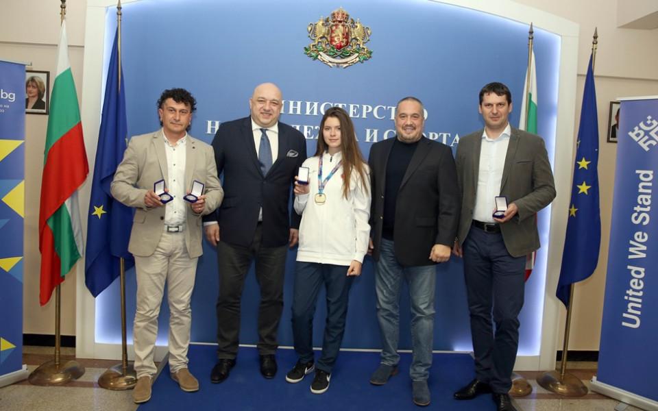 Почетни медали за шампионките от Европейското по таекуондо