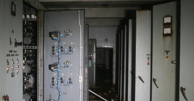 Огромна телефона централа, сложна електрическа инсталация, система от връзки и