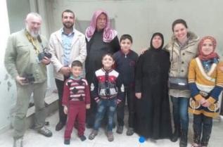 """Това е семейството на Амир, доброволец от """"Белите каски"""". Домът им в Азаз, област Алепо, е бил разрушен, сега живеят в турския град Килис, на три километра от границата със Сирия. Няколко дни след срещата с тях, Амир е бил на косъм от смъртта. Негов колега е тежко ранен, а друг загива на място."""