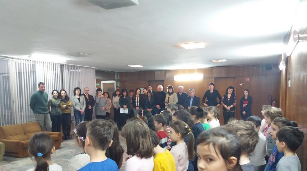 """Децата от """"Щурче"""" поканиха пролетта с музикален поздрав в областна..."""