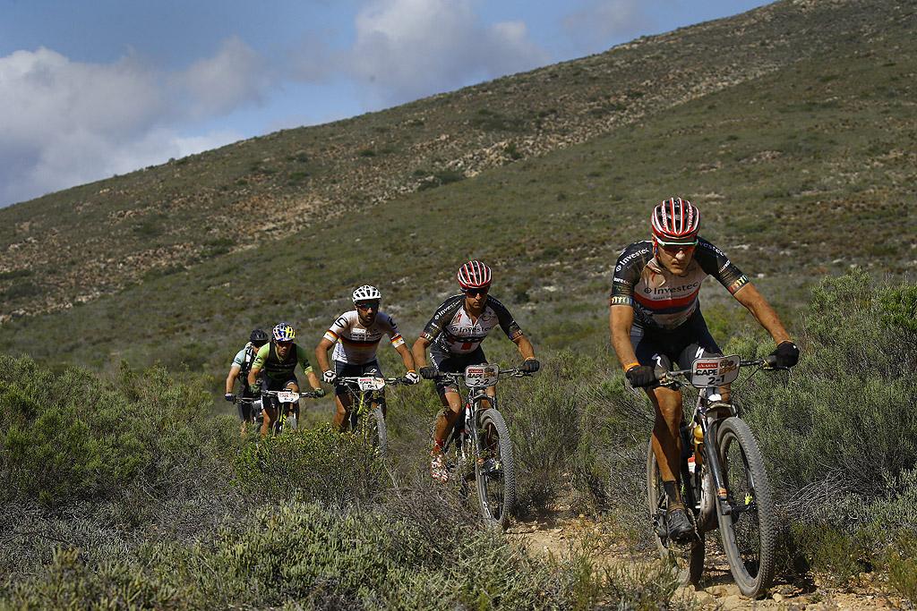 Тази година над 1200 участници трябва да преодолеят повече от 658 км с обща денивелация в изкачването около 13 500 метра в ежегодното състезание по планинско колоездене, близо до Кейп Таун, Южна Африка