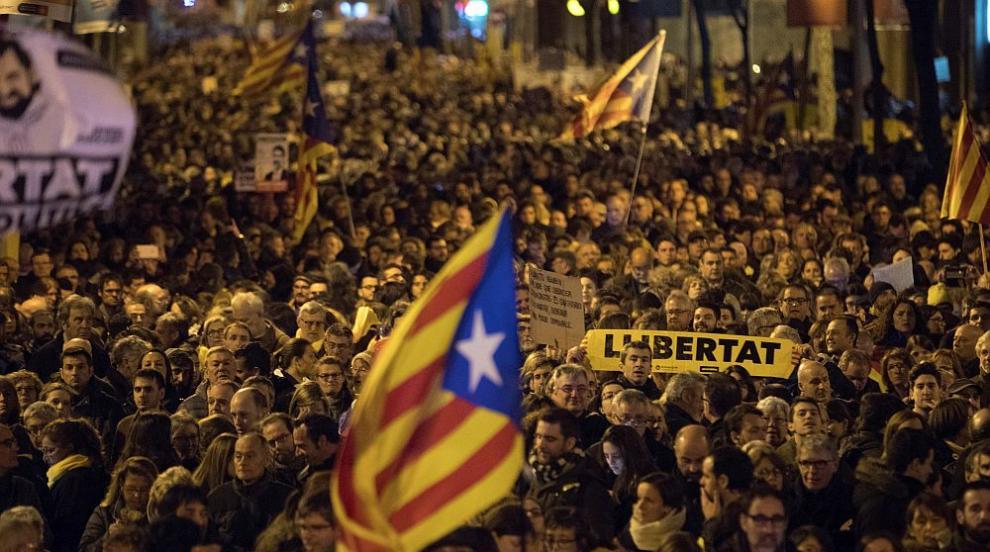 Сблъсъци между демонстранти и полиция в Барселона (СНИМКИ)