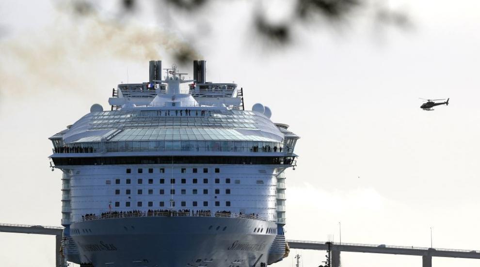 Най-големият в света круизен кораб пое на първия си курс (СНИМКИ)
