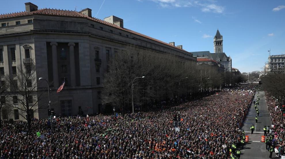Поход за контрол над огнестрелните оръжия изпълни улиците на Вашингтон...