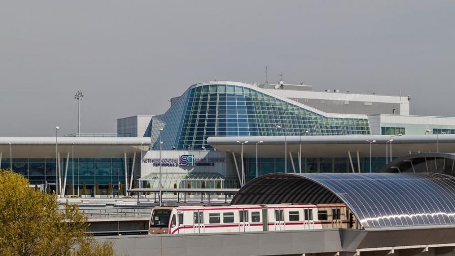 Самолет кацна аварийно на Летище София, пътник почина