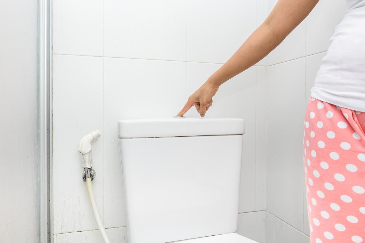 Тоалетната може да се окаже опасна за домакинството. Особено, ако пускате водата при затворен капак. Така може да създадете среда, благоприятна за развитие на бактерии.