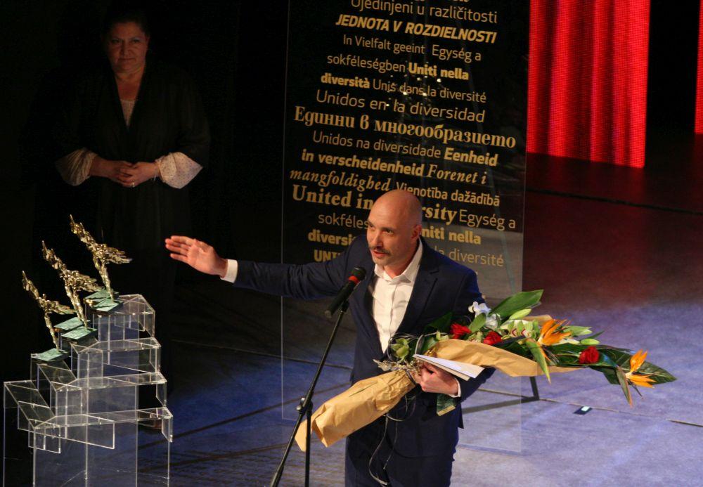 Захари Бахаров получи наградата за водеща мъжка роля за превъплъщението си в бае Славе в моноспектакъла