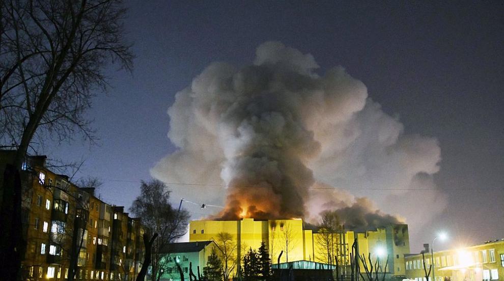 """Късо съединение и """"огнени капки"""" довели до пожара в мола в Кемерово"""
