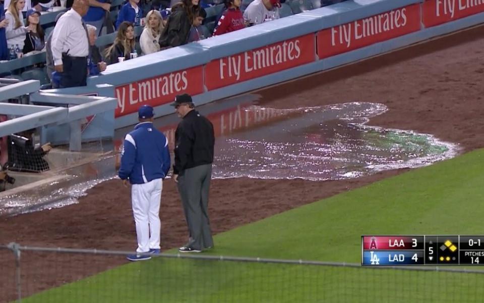 Поток от л**на и тежка смрад прекратиха бейзболен мач