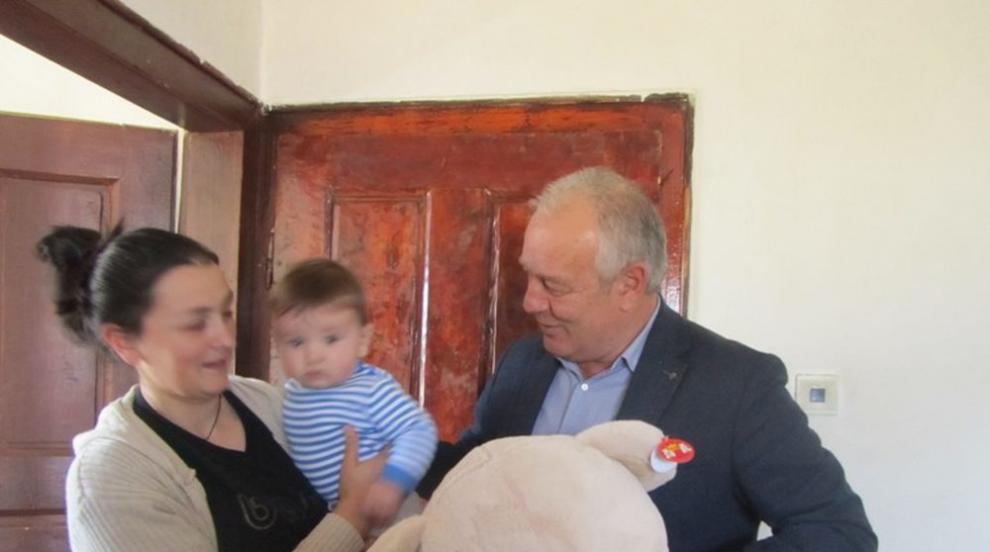 Кмет даде подаръци на бебе в Гела, в селото от 20 години не се е раждало дете