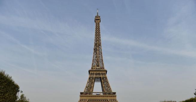 Айфеловата кула се издига в северозападния край на парка