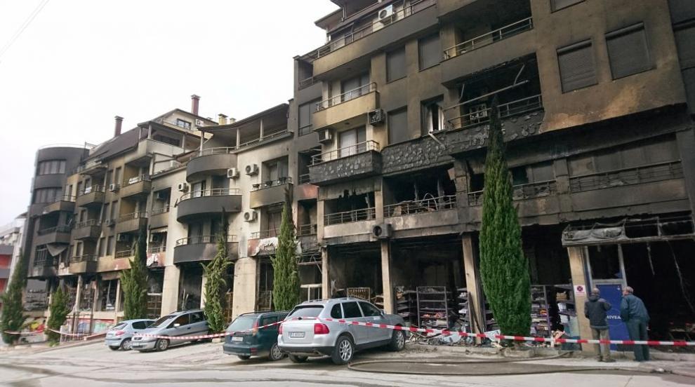 Голям пожар в Сандански опразни жилищен блок посред нощ (ВИДЕО)