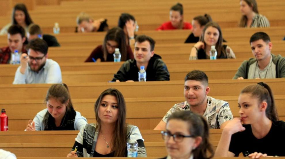 Кандидат-студенти отиват на писмен изпит по журналистика в СУ
