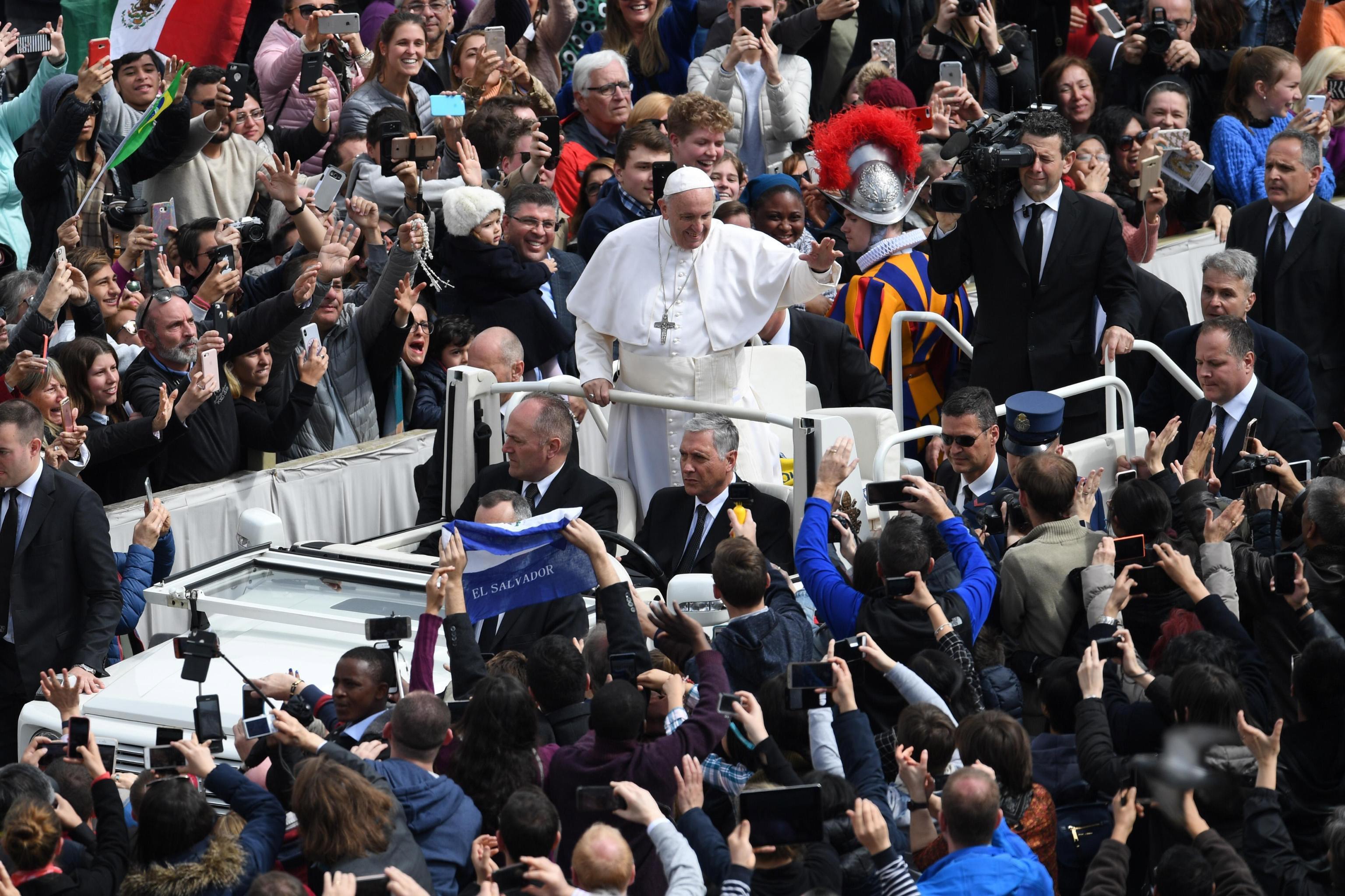 """""""Христос възкръсна!"""", провъзгласи папата. В своето обръщение той призова за мир в целия свят и, говорейки за горещите точки, помоли Господ """"да донесе мир на целия Близък изток, започвайки със Светите земи"""", а също така на """"възлюбената и страдаща Сирия"""" и страните от Африка – Южен Судан и Сомалия, които """"както и преди са раздирани от конфликти, задълбочаващи се от сушата""""."""